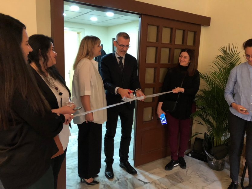 Danmissions General Secretary Jørgen Skov Sørensen cuts the ribbon for the opening ceremony. At his right Danmissions regional representative in the Middle East Maria Lindhardt.